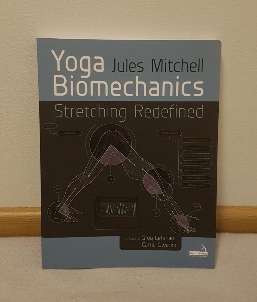 Jules Mitchellin Yoga Biomechanics on hyvä joogan biomekaniikkaan erikoistunut kirja.